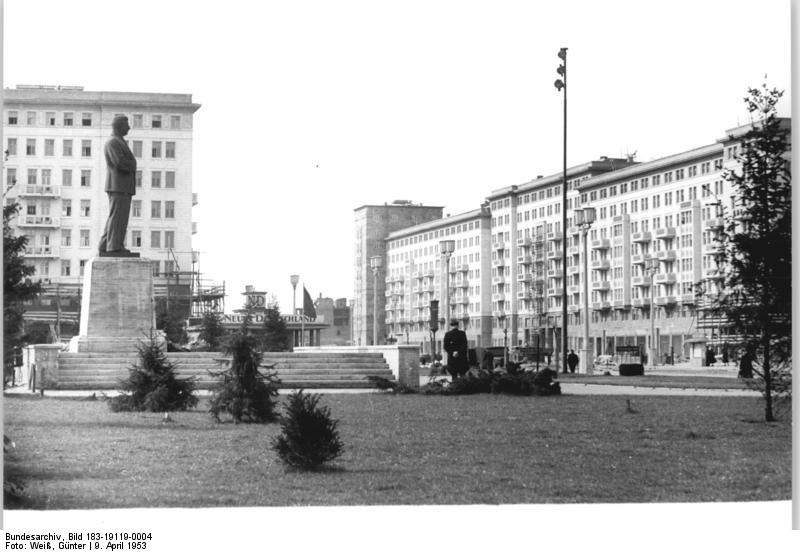 """<a href=""https://commons.wikimedia.org/wiki/File:Bundesarchiv_Bild_183-11500-0375,_Berlin,_Stalindenkmal,_Enth%C3%BCllung.jpg#/media/File:Bundesarchiv_Bild_183-11500-0375,_Berlin,_Stalindenkmal,_Enth%C3%BCllung.jpg"">Bundesarchiv Bild 183-11500-0375, Berlin, Stalindenkmal, Enthüllung</a>"" von Bundesarchiv, Bild 183-11500-0375 / CC-BY-SA. Lizenziert unter <a href=""http://creativecommons.org/licenses/by-sa/3.0/de/deed.en"" title=""Creative Commons Attribution-Share Alike 3.0 de"">CC BY-SA 3.0 de</a> über <a ""Bundesarchiv Bild 183-11500-0375, Berlin, Stalindenkmal, Enthüllung"" von Bundesarchiv, Bild 183-11500-0375 / CC-BY-SA. Lizenziert unter CC BY-SA 3.0 de über Wikimedia Commons - https://commons.wikimedia.org/wiki/File:Bundesarchiv_Bild_183-11500-0375,_Berlin,_Stalindenkmal,_Enth%C3%BCllung.jpg#/media/File:Bundesarchiv_Bild_183-11500-0375,_Berlin,_Stalindenkmal,_Enth%C3%BCllung.jpg"